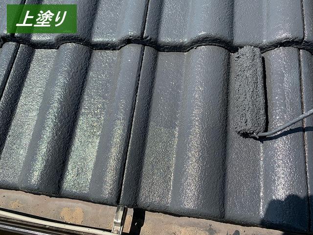 屋根塗装上塗り中
