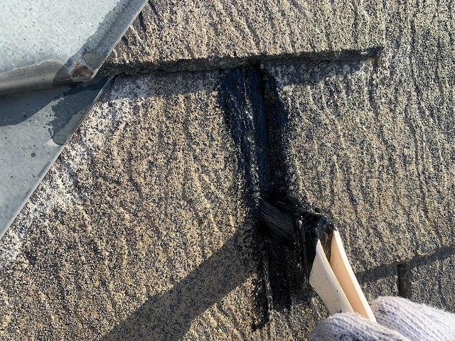 屋根の塗装作業 中塗り