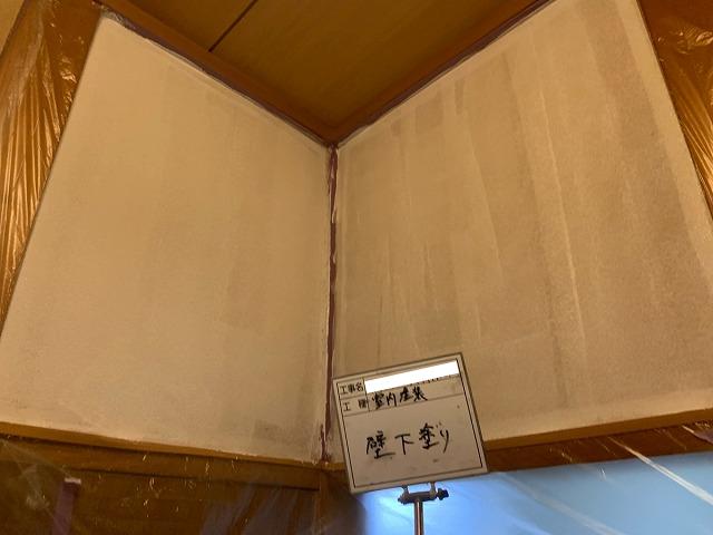 室内の壁の下塗り塗装