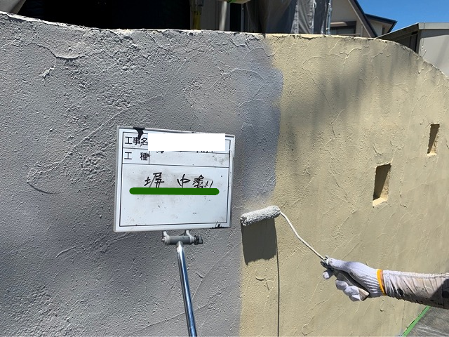 塀の中塗り塗装