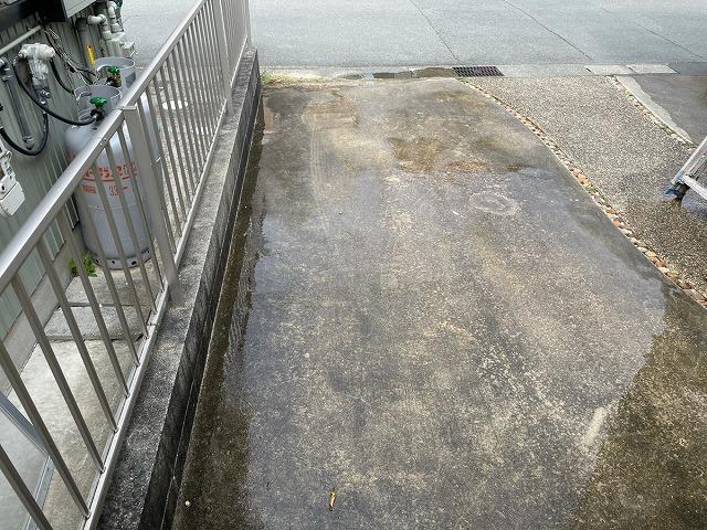 高圧洗浄前の通路