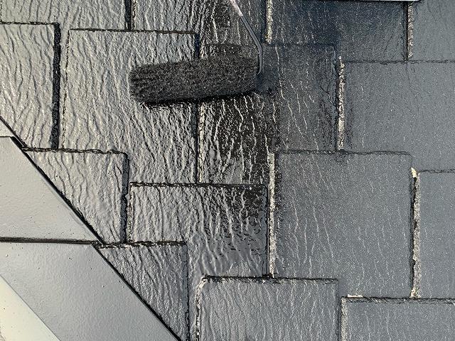 屋根の上塗り塗装作業