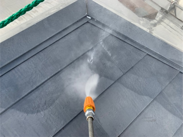 屋根の水洗いの様子