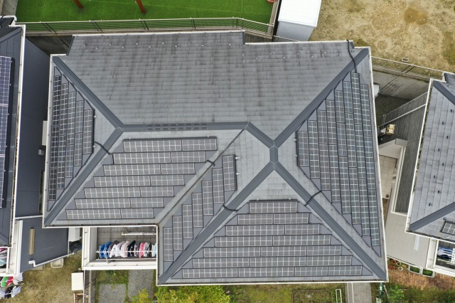 屋根をドローンで空撮