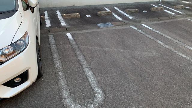 色褪せている駐車場ライン